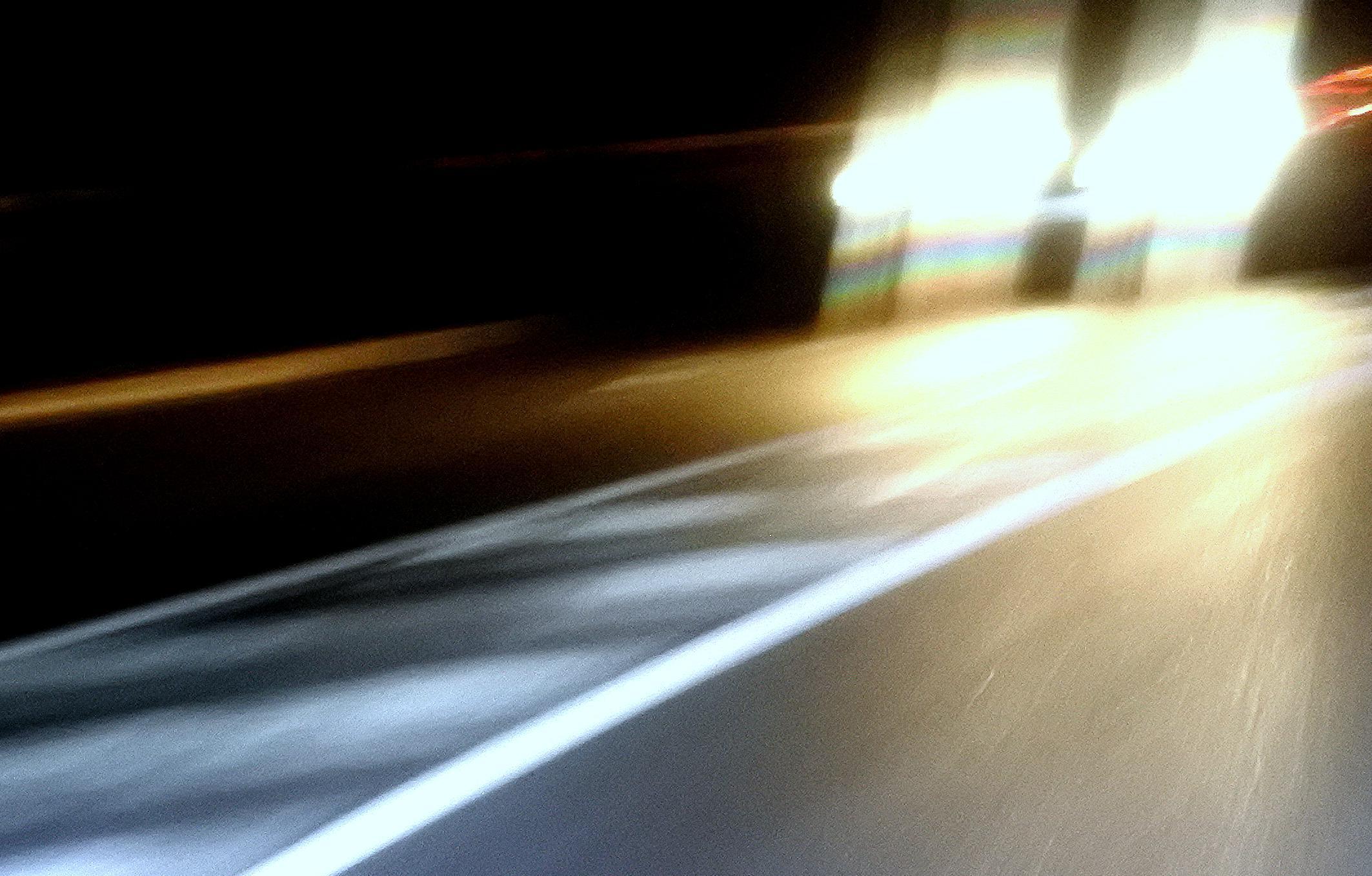 Chemie-Wissen für Schlaumeier: Warum eigentlich leuchten Straßenmarkierungen?
